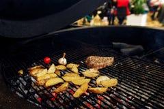 Asado a la parilla de la pimienta del ajo y del tomate de la carne de Potatos abastecimiento en comida Imagen de archivo