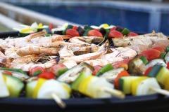 Asado a la parilla de las gambas y de las verduras del camarón Fotos de archivo libres de regalías