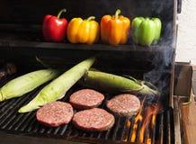 Asado a la parilla de las hamburguesas con Corn-3 Fotografía de archivo libre de regalías