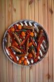 Asado a la parilla de las salchichas y verduras y especias en la parrilla Imagen de archivo