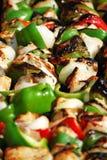 Asado a la parilla de los kebabs del pollo Imagen de archivo libre de regalías