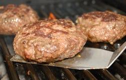 Asado a la parilla de tiempo de la hamburguesa. Fotos de archivo libres de regalías