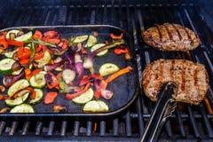 Asado a la parilla del filete con una variedad de verduras del verano Fotos de archivo libres de regalías