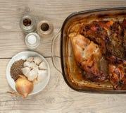 Asador de la carne del conejo con el comino y el ajo de la cebolla en la tabla de madera del vintage Imagenes de archivo