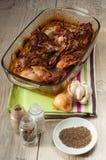 Asador de la carne del conejo con el comino y el ajo de la cebolla en vintag de madera Imagenes de archivo