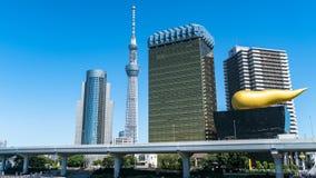 Asahi Breweries acquartiera la costruzione con Asahi Flame con Tokyo Skytree, Tokyo, Giappone fotografia stock libera da diritti
