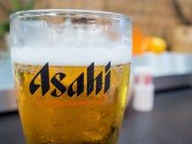 Asahi piwo w szkle na stole Zdjęcia Stock
