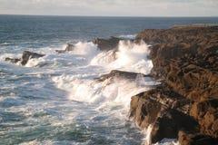 asailing岩石的波浪 库存照片