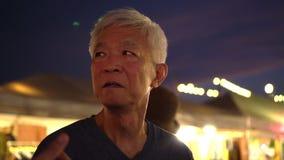 Asain老人在夜旧货市场地方容易的生活 股票视频
