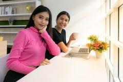 Asain żeńska Freelance pracująca kawiarnia fotografia stock