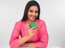 Asain Frauen mit Kreditkarten Lizenzfreies Stockbild