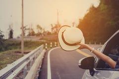 Asain-Frauenreisender mit Hecktürmodellauto lizenzfreie stockfotos