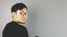 Asain man med grå bakgrund royaltyfri fotografi