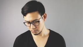 Asain-Mann mit grauem Hintergrund stockfoto