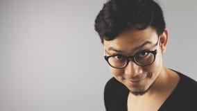Asain-Mann mit grauem Hintergrund stockfotografie