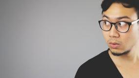 Asain-Mann mit grauem Hintergrund lizenzfreies stockbild