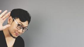 Asain-Mann mit grauem Hintergrund stockbild