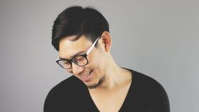 Asain-Mann mit grauem Hintergrund stockbilder