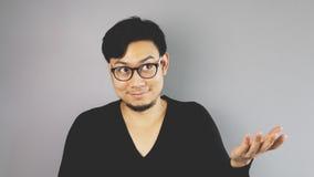 Asain-Mann mit grauem Hintergrund lizenzfreie stockfotos