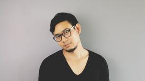 Asain-Mann mit grauem Hintergrund stockfotos