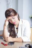 Asainvrouw die hoofdpijnen voelen Stock Afbeelding
