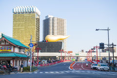 Asakura -日本, 2016年2月18日: :对旭区啤酒h的红色桥梁 图库摄影