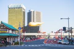 Asakura - Japão, o 18 de fevereiro de 2016:: ponte vermelha à cerveja h de Asahi Fotografia de Stock