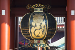 Asakusa, Japonia -, Luty 20, 2016: Czarny czerwony lampion Kamin Zdjęcie Royalty Free