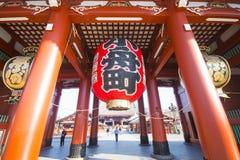 Asakusa, Japonia -, Luty 20, 2016: Gigantyczny czerwony lampion Kamin Fotografia Stock