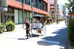 Asakusa: Rikschaservice mit Touristen Lizenzfreies Stockbild