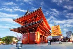 Asakusa tempel med pagoden på natten, Tokyo, Japan Arkivfoton