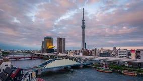 Asakusa, Tokyo, Japan - Jun 17, 2018: De toren van Tokyo Skytree bij zonsondergang in Asakusa, Tokyo, Japan stock video