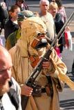 Asaltante entrenado para la lucha cuerpo a cuerpo de Tusken (gente de la arena) en Star Wars Foto de archivo
