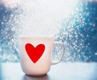 Asalte con el corazón y el bokeh rojos en el fondo azul, cierre para arriba, vista delantera Disposición de la tarjeta de felicit Foto de archivo