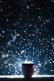 Asalte con té caliente en tiempo del invierno de la nieve Foto de archivo libre de regalías