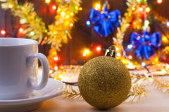 Asalte con una taza en el nuevo Year& x27; tabla de s Todavía de la Navidad vida Nuevo Year& x27; juguetes de s en la tabla Imagen de archivo