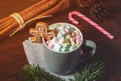 Asalte contener el chocolate caliente, las melcochas y al hombre de pan de jengibre Imagenes de archivo