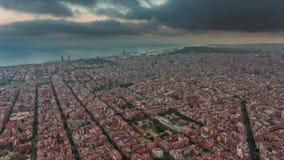Asalte el lapso de tiempo aéreo del panorama 4k de la bahía del paisaje urbano de Barcelona del cielo España almacen de metraje de vídeo