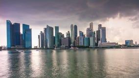 Asalte el lapso de tiempo céntrico del panorama 4k de la bahía del puerto deportivo del cielo Singapur almacen de video
