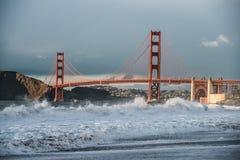 Asalte en bahía del océano en playa de la ciudad de San Francisco con la opinión de puente Golden Gate Fotos de archivo