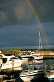 Asalte en el mar con un arco iris y los yates Foto de archivo libre de regalías