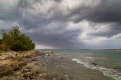 Asalte sobre el mar adriático, con el cloudscape dramático hermoso Foto de archivo