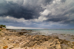 Asalte sobre el mar adriático, con el cloudscape dramático hermoso Imagenes de archivo