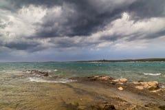 Asalte sobre el mar adriático, con el cloudscape dramático hermoso Imagen de archivo libre de regalías
