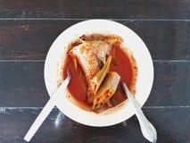 Asam Pedas oder heiße und saure Soße mit geschnittenen Fischen Stockfotos