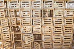 Asamblea de pequeñas jaulas viejas con las puertas bloqueables Fotografía de archivo