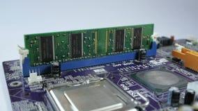 Asamblea manual de la placa de circuito del ordenador almacen de metraje de vídeo