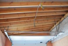 Asamblea y garaje Ceilling de la instalación del carril y de la primavera de los posts de la puerta del garaje Foto de archivo libre de regalías