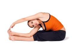 asana实践的女子瑜伽 免版税库存图片
