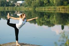 Asana auf Balance Nataraja-asana Lizenzfreies Stockfoto
